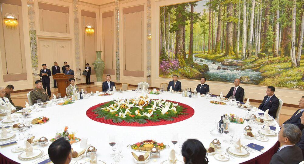 Choe Ryong-hae, membro do Politburo do Comitê Central do Partido dos Trabalhadores da Coreia e primeiro vice-presidente da Comissão de Assuntos Estatais da República Popular Democrática da Coreia, recebe membros da embaixada da China para assinalar o 60º aniversário da conclusão do Tratado de Amizade Sino-Norte-Coreano de Ajuda Mútua e Cooperação, na Coreia do Norte, 9 de julho de 2021