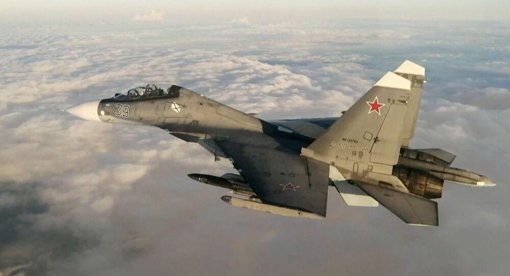 Caça Su-30 da aviação naval e de defesa aérea da Frota do Mar Negro voando sobre o mar Negro em 7 de julho de 2021