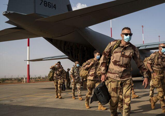 Soldados franceses da operação Barkhane chegando de Gao, Mali, desembarcaram de um avião de carga C130 da Força Aérea dos EUA em Niamey, base do Níger, antes de serem transferidos de volta para suas bases na França, 9 de junho de 2021