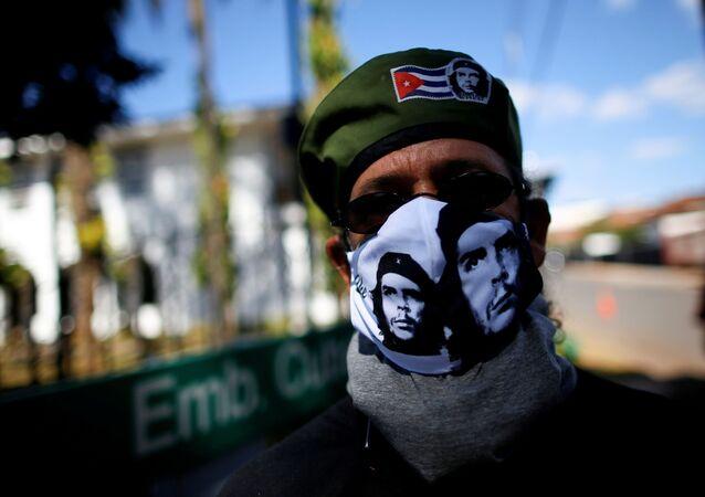 Apoiante do governo cubano participa de manifestação junto da Embaixada de Cuba em Brasília, 13 de julho de 2021