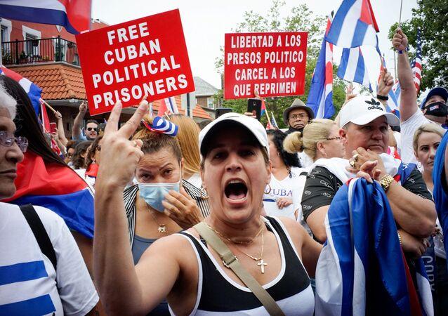 Na terça-feira (13), membros de uma comunidade cubana exilada em North Bergen, Nova Jersey, nos EUA, reagiram aos relatos de protestos em Cuba contra a deterioração da economia do país.