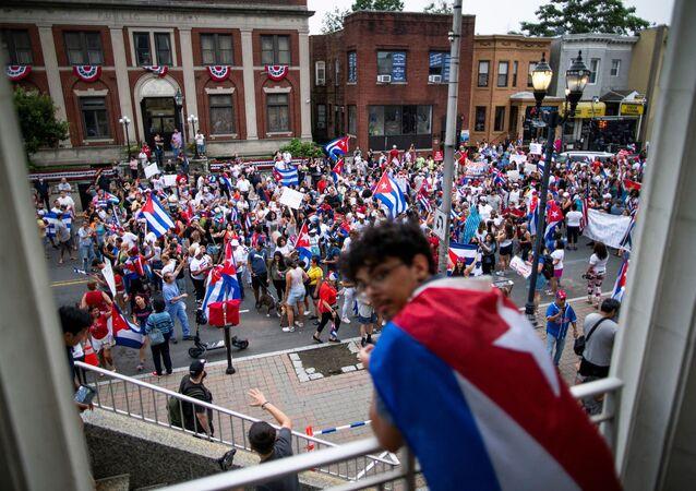 Membros de uma comunidade cubana exilada em North Bergen, New Jersey, nos EUA, marcham em reação aos relatos de protestos contra o governo de Cuba, na terça-feira (13)