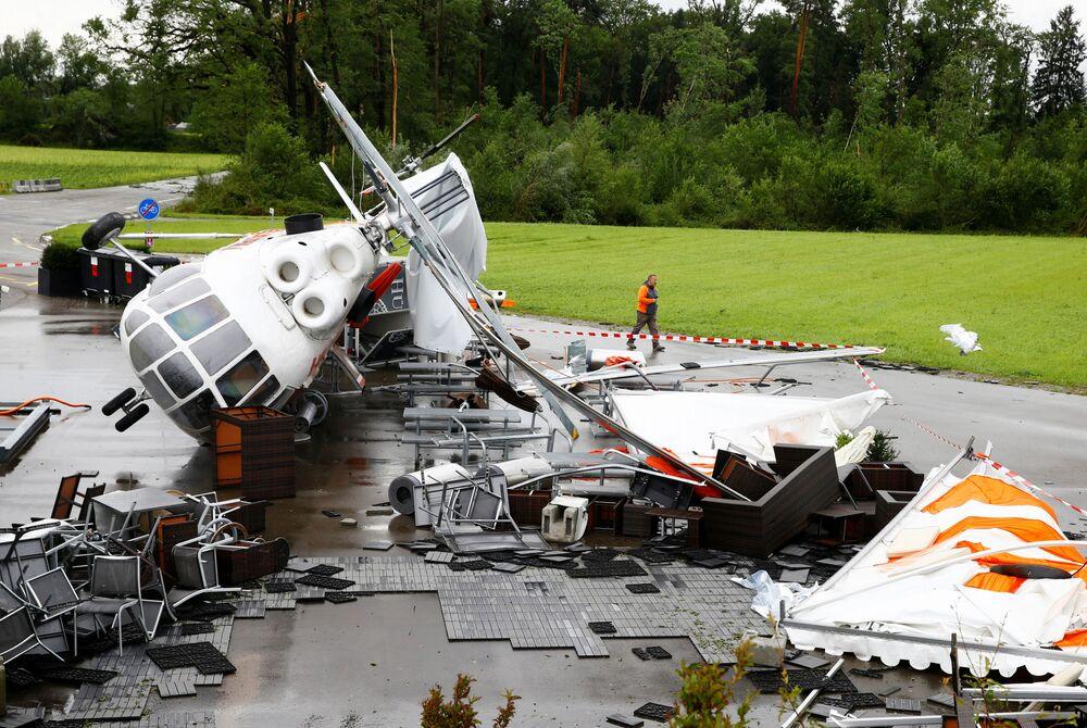 Helicóptero Mi-8 descomissionado, usado como lanchonete perto do aeroporto de Zurique, é derrubado na sequência do vento e das chuvas torrenciais