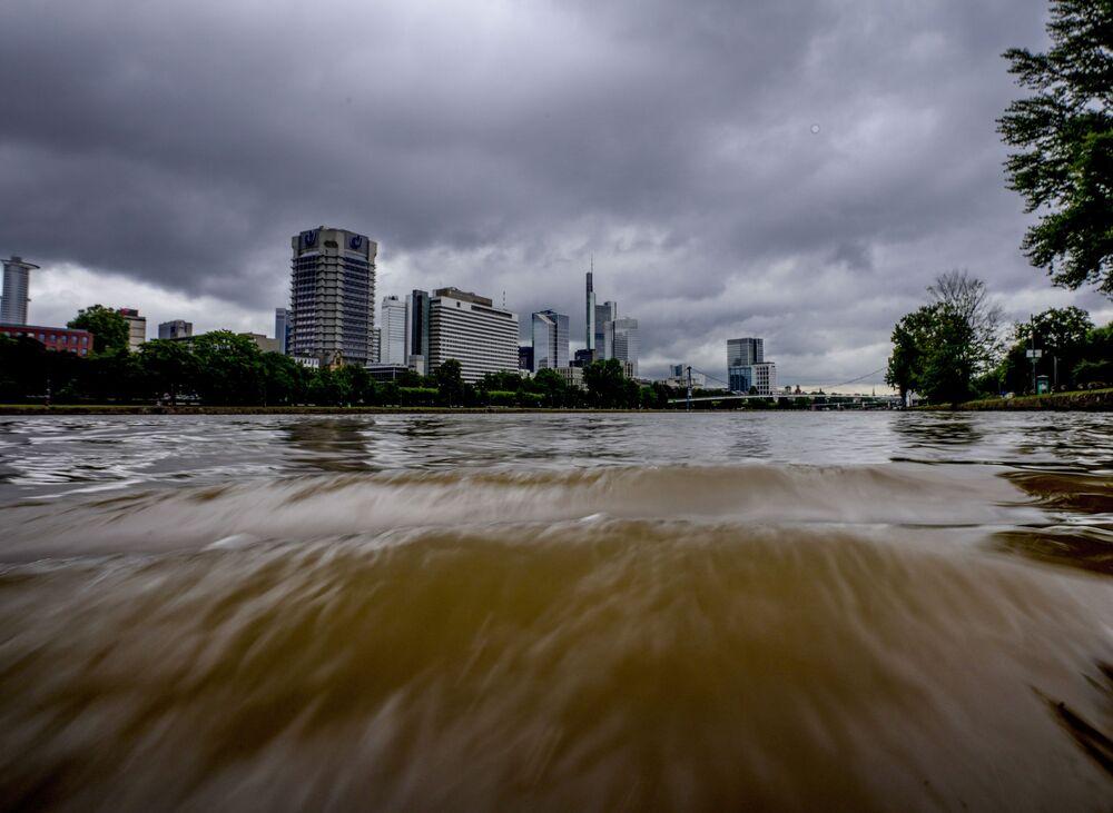 Rio Main em Frankfurt, Alemanha. Chuvas fortes causaram aumento dos níveis dos rios e inundações em algumas partes da Alemanha
