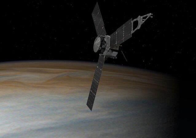 Representação artística da nave espacial Juno, da NASA, em órbita sobre Júpiter