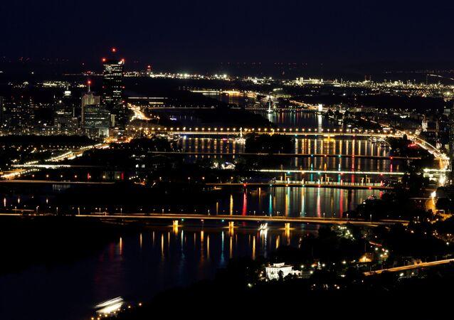 Vista noturna das pontes sobre o rio Danúbio a partir de Leopoldsberg em Viena, Áustria, 15 de agosto de 2019