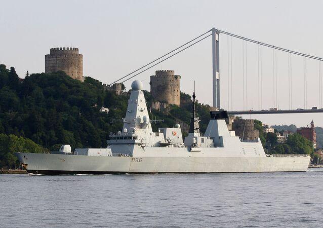 HMS Defender, destróier da Marinha Real Britânica do Type 45 navega no Bósforo a caminho do mar Mediterrâneo, Istambul, Turquia, 2 de julho de 2021