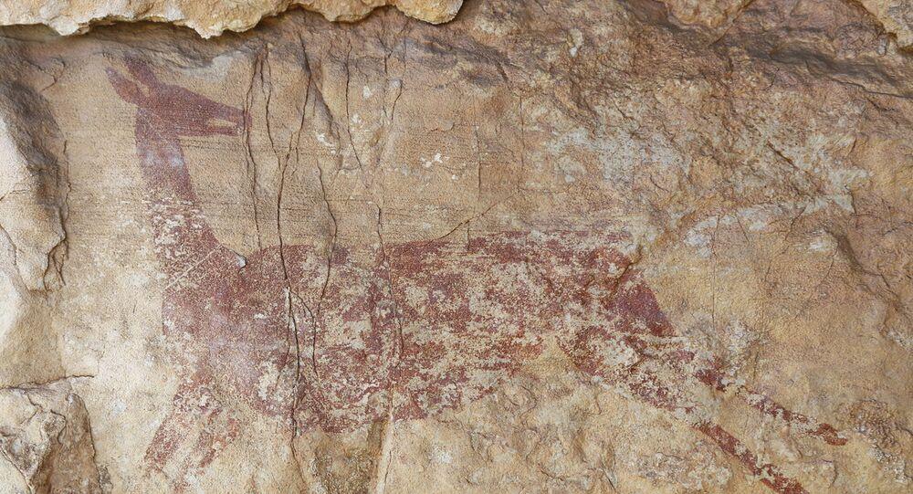 Pintura rupestre representando uma corça, descoberta por arqueólogos em caverna da Espanha
