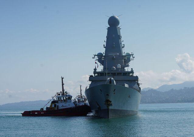 HMS Defender, destróier da Marinha Real Britânica, chega ao porto do mar Negro de Batumi, Geórgia, 26 de junho de 2021