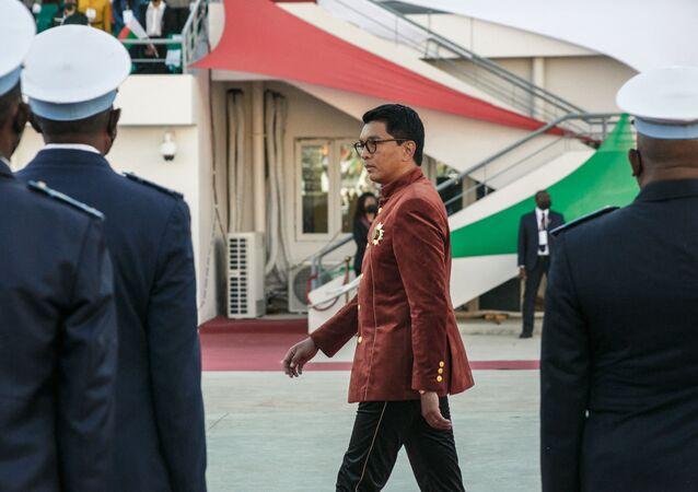 Presidente de Madagascar, Andry Rajoelina, inspeciona as tropas durante a celebração do Dia da Independência, em 26 de junho de 2021