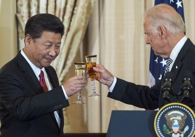 O então vice-presidente dos EUA, Joe Biden, e o presidente chinês, Xi Jinping, brindam durante almoço, em 25 de setembro de 2015, Washington, EUA