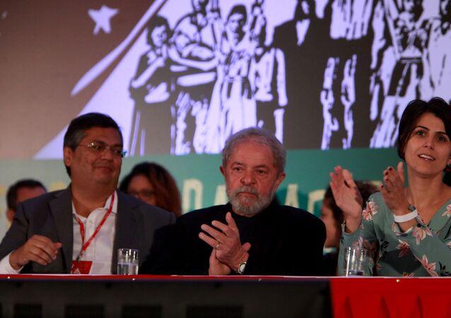 O ex-presidente Lula participa do Congresso Nacional do PCdoB, que lançou a pré-candidatura da deputada estadual Manuela D`Ávila (RS) à Presidência da República. Participou também o governador do Maranhão, Flávio Dino (e), em Brasília (DF). Foto de arquivo