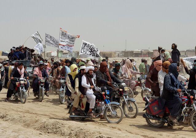 Pessoas em veículos com bandeiras do Talibã, organização terrorista, proibida na Rússia e em vários outros países (imagem referencial)