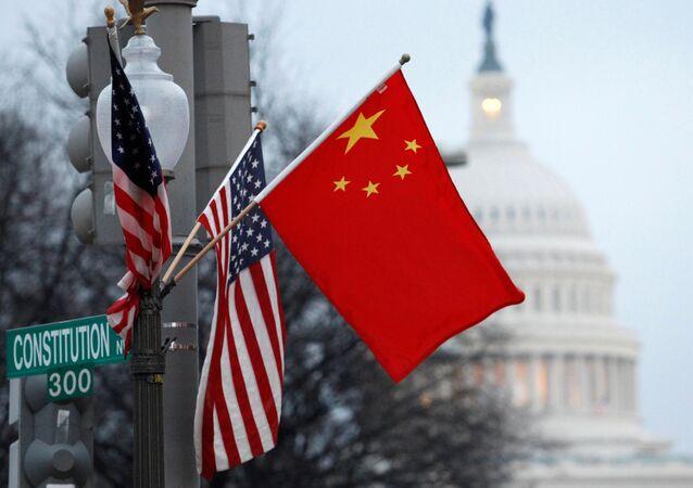 Bandeiras da República Popular da China e dos EUA em um poste de iluminação perto do Capitólio dos EUA, em Washington, EUA, 18 de janeiro de 2011