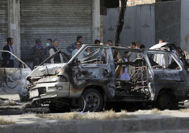 Agentes de segurança afegãos inspecionam local de explosão de bomba em Cabul, Afeganistão