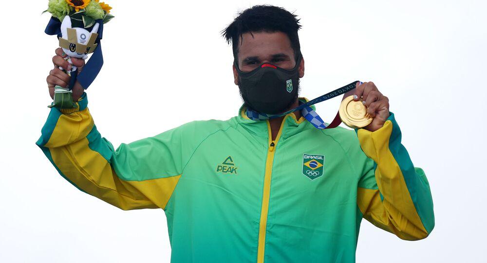 Surfista brasileiro Ítalo Ferreira comemora a medalha conquistada no pódio