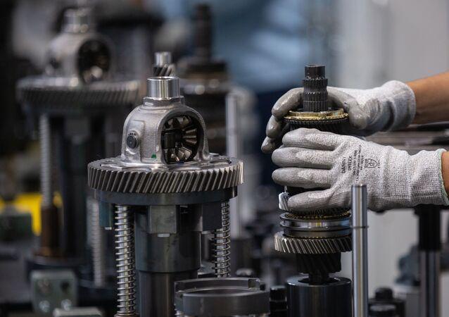 Linha de produção de motores na fábrica da Ford em Taubaté, São Paulo