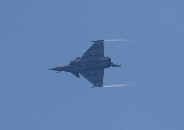 Caça Rafale voa durante cerimônia de introdução em estação da Força Aérea da Índia em Ambala, Índia, 10 de setembro de 2020