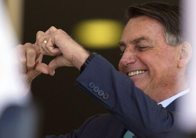Presidente Jair Bolsonaro faz sinal de coração para seus apoiadores durante cerimônia no Palácio do Planalto em Brasília, Brasil. Foto de arquivo