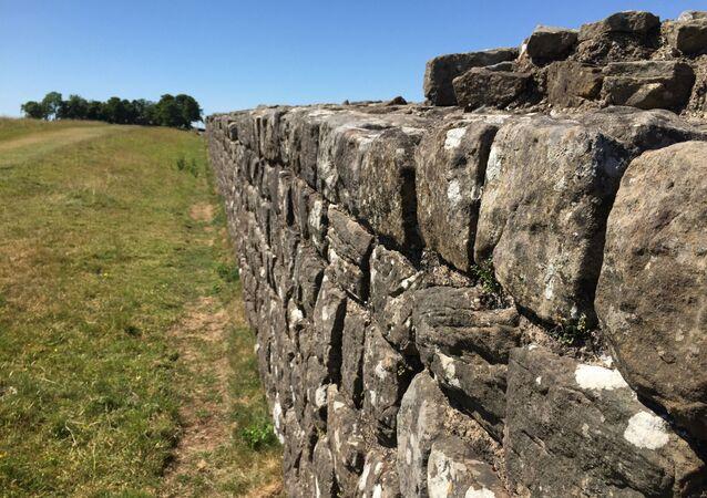 Trecho da Muralha de Adriano se estende em direção ao Forte Birdoswald, no norte da Inglaterra. A muralha foi construída por soldados romanos. Foto de arquivo