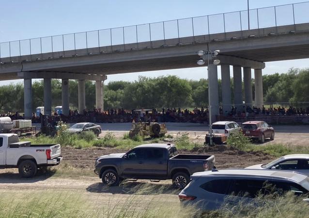 Situação nas instalações de processamento de migrantes da Alfândega e da Patrulha de Fronteiras sob a Ponte Internacional Anzalduas em Mission, Texas.