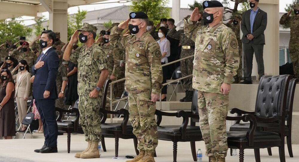 Da direita para a esquerda, os comandantes norte-americanos Paul J. LaCamera e Robert B. Abrams; John C. Aquilino, almirante e comandante do Comando Indo-Pacífico dos EUA,  e Suh Wook, ministro da Defesa da Coreia do Sul, durante cerimônia militar no Campo Barker em Pyeongtaek, Coreia do Sul, 2 de julho de 2021