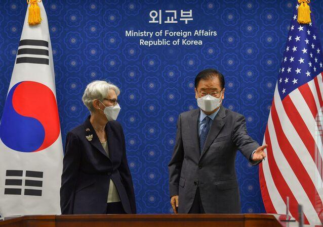 Vice-secretária de Estado dos EUA Wendy Sherman e o chanceler sul-coreano Chung Eui-yong antes da reunião no MRE em Seul, Coreia do Sul, 22 de julho de 2021