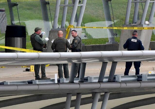 Policiais são vistos perto da entrada do Pentágono após atirador realizar disparos de arma de fogo, em Washington, EUA, em 03 de agosto de 2021