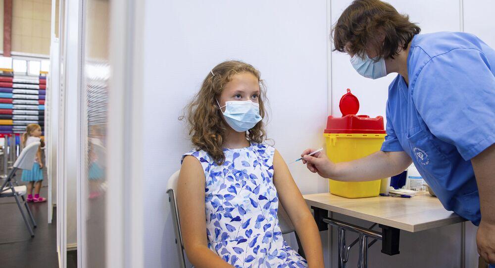 Adolescente de 13 anos é vacinada contra COVID-19 na Estônia, em 29 de julho de 2021