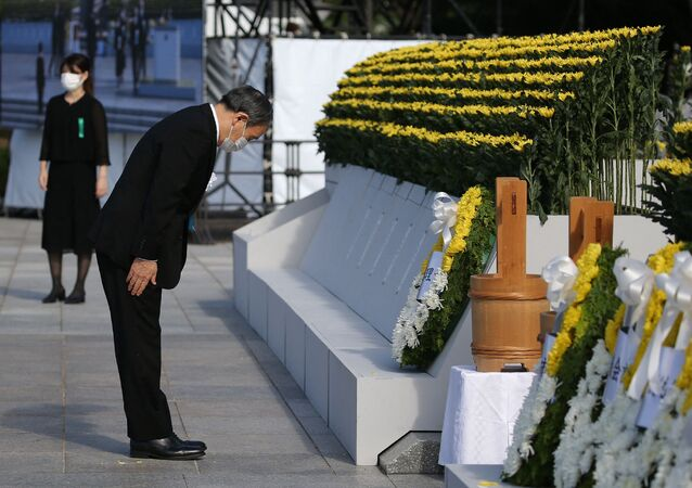 Primeiro-ministro do Japão, Yoshihide Suga, presta homenagem durante cerimônia para marcar o 76º aniversário do bombardeio de Hiroshima, Parque Memorial da Paz de Hiroshima, 6 de agosto de 2021