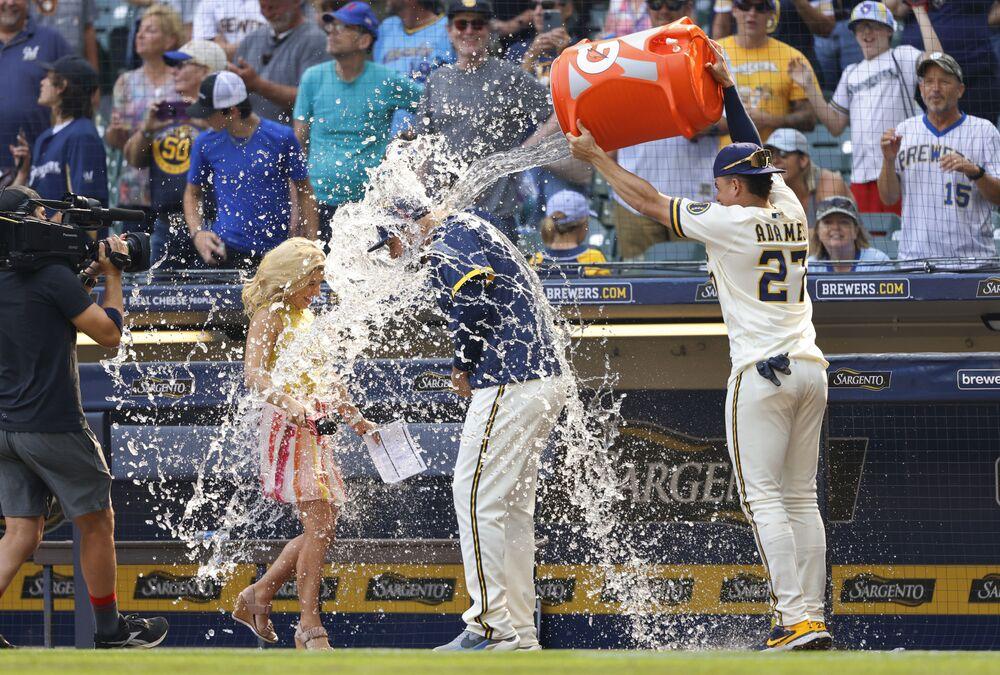 Os Milwaukee Brewers vencem os Pittsburg Pirates em partida de basebol nos EUA, 4 de agosto de 2021