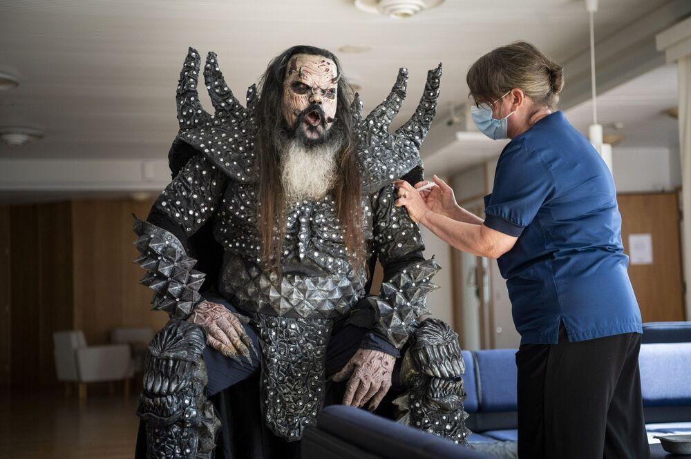 Músico da banda de hard rock finlandesa Lordy recebe segunda dose de vacina contra a COVID-19, 1º de agosto de 2021
