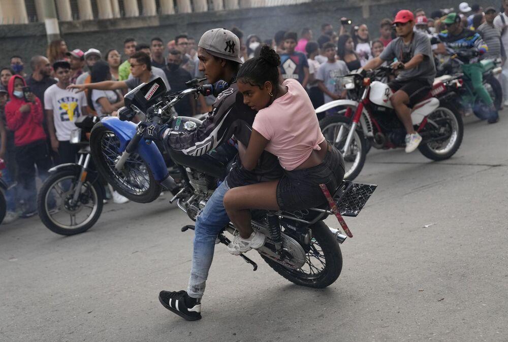 Motociclista mostra suas habilidades no bairro El Valle de Caracas, na Venezuela, 31 de julho de 2021
