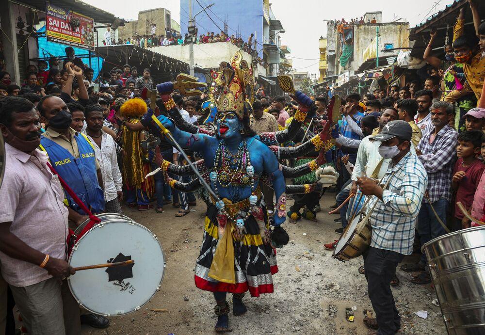 Crente hindu vestido de divindade Kali durante o festival de Bonalu em Hyderabad, na Índia,  1º de agosto de 2021