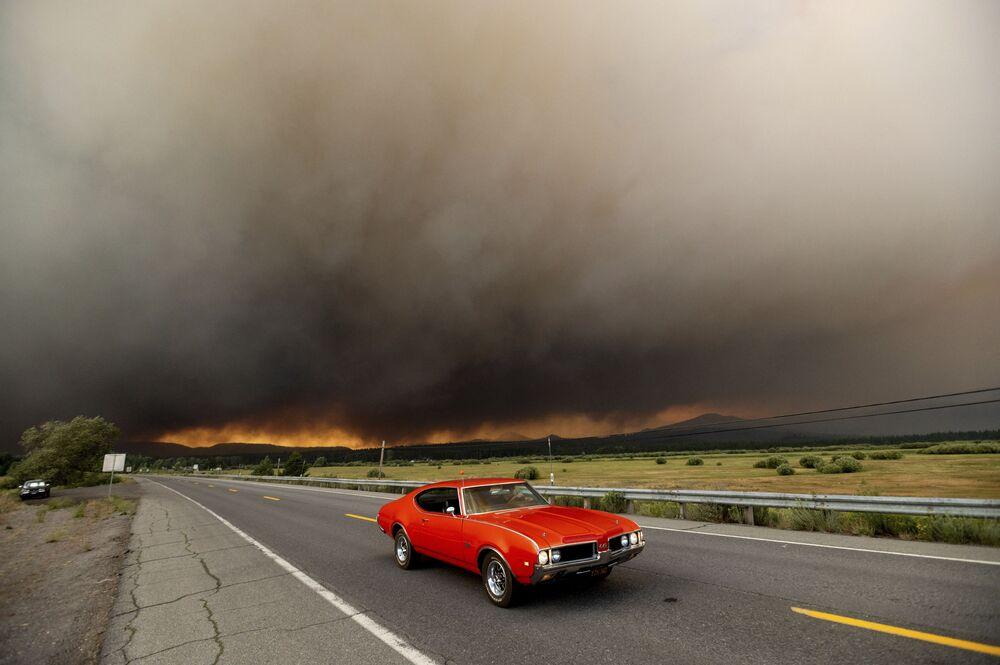 Automóvel abandonando no estado norte-americano da Califórnia após incêndios na região, 4 de agosto de 2021