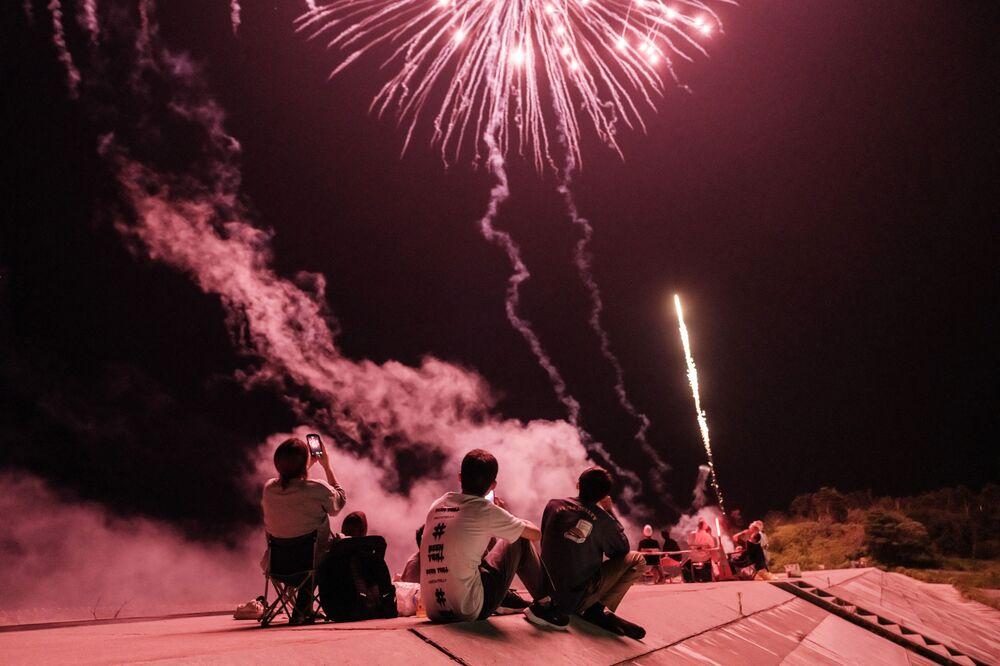 Pessoas observam fogo de artifício em Fukushima, no Japão,  1º de agosto de 2021