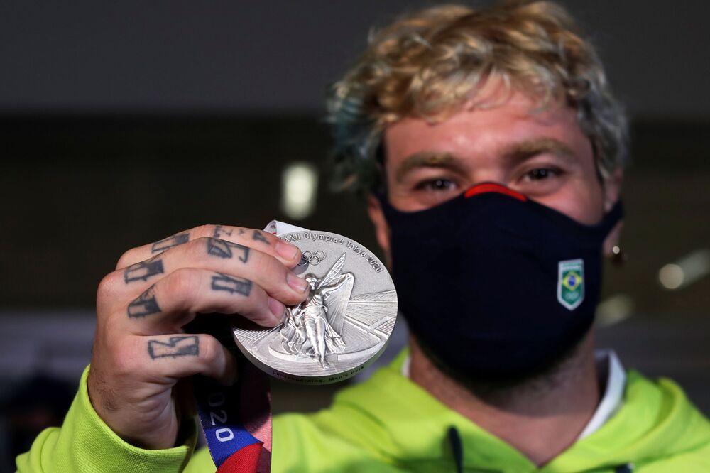 Pedro Barros mostra sua medalha de prata ao chegar no Aeroporto Internacional de São Paulo/Guarulhos, depois que conseguiu o segundo lugar na competição de skate masculino nas Olimpíadas de Tóquio