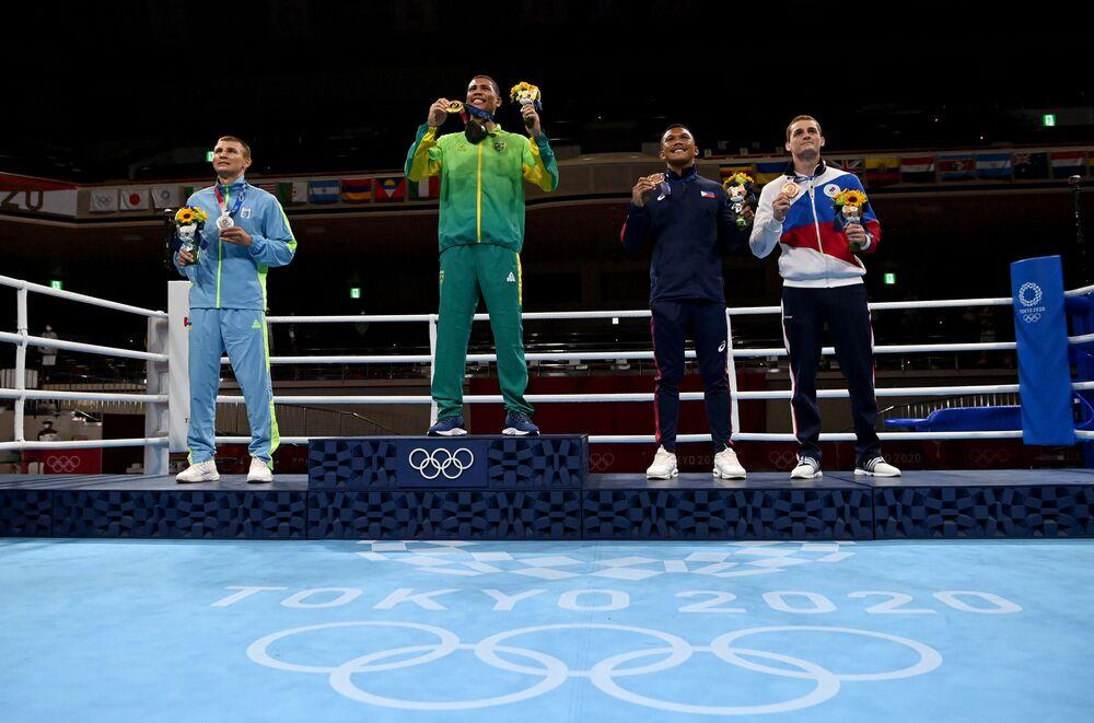 Herbert Sousa sobe no pódio para receber o ouro na modalidade de Box masculino
