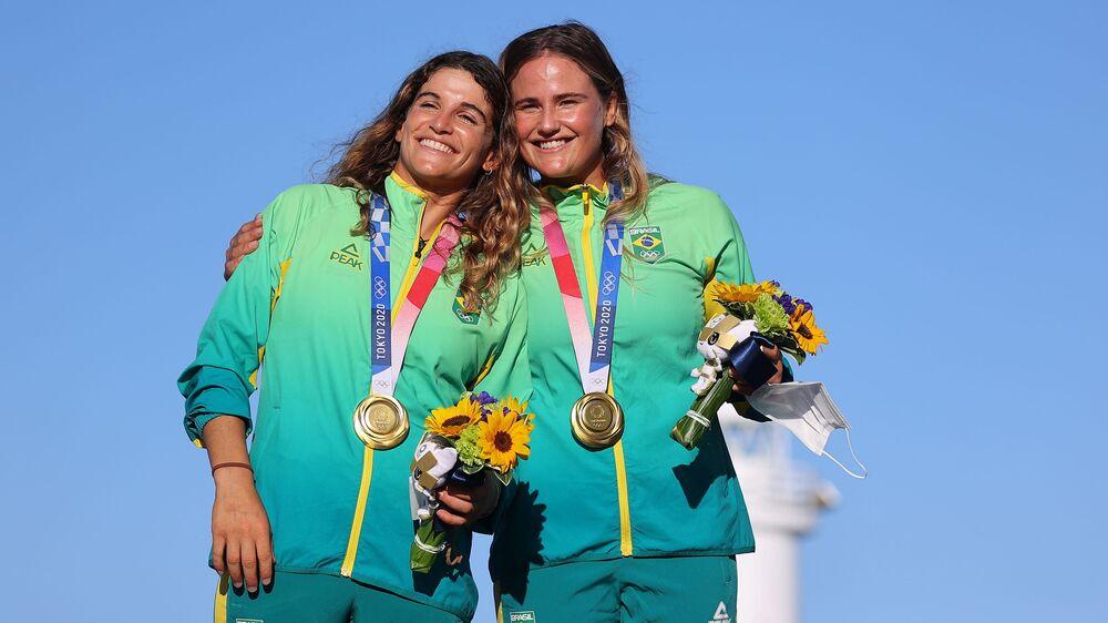 Martine Grael e Kahena Kunze não conseguem esconder sua felicidade após vitória na modalidade de Vela 49er FX  feminina