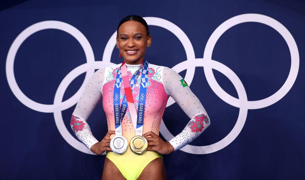 Rebeca Andrade mostra com orgulho suas medalhas de ouro e prata, conseguidas na modalidade de Ginástica Artística