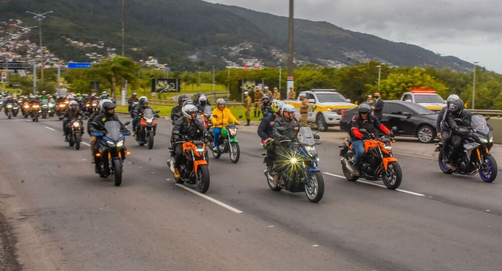O presidente Jair Bolsonaro e apoiadores participam de motociata pelas ruas de Florianópolis, Santa Catarina, 7 de agosto de 2021