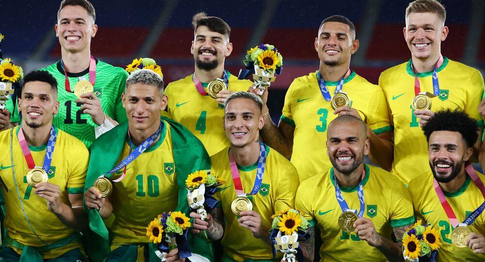 Brasil medalhista de ouro posa com suas medalhas durante a cerimônia de medalha nos Jogos Olímpicos de Tóquio 2020, Japão, 7 de agosto de 2021