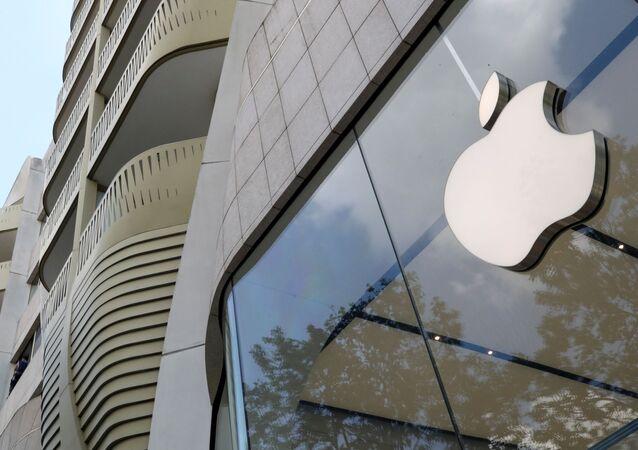 Logotipo da Apple na entrada da loja Apple em Bruxelas, Bélgica, 2 de julho de 2021