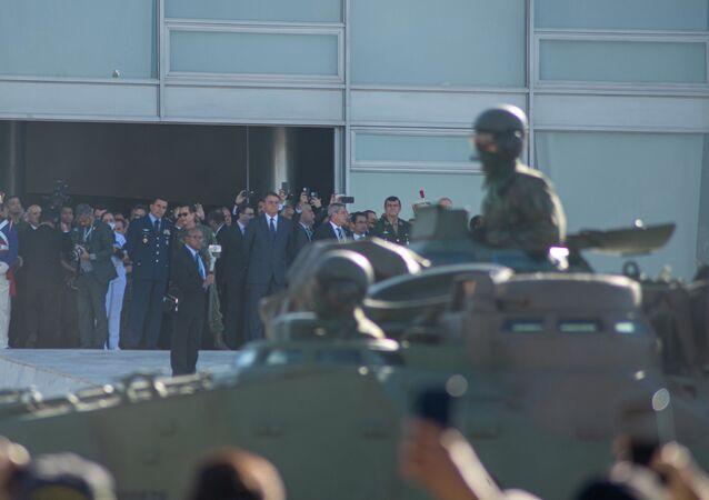 O presidente Jair Bolsonaro no Palácio do Planalto, em Brasília (DF), o convite para participar do treinamento da Marinha, que será no dia 16 de agosto, na cidade de Formosa (GO), Brasília, 10 de agosto