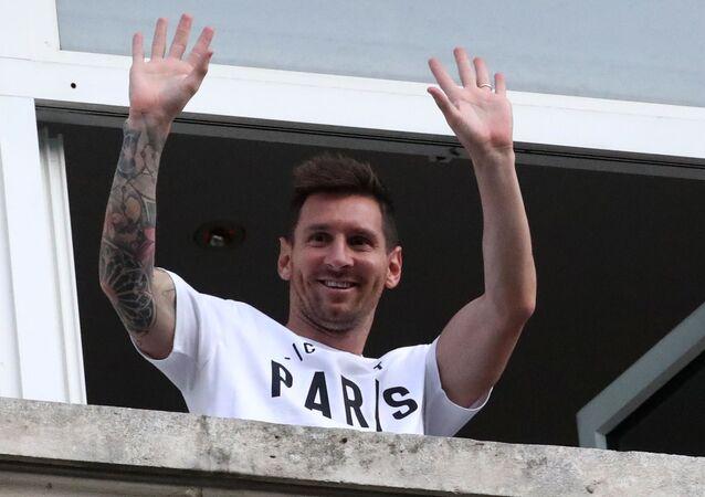 Lionel Messi, jogador de futebol da Argentina, acena da varanda do Hotel Royal Monceau com camisa do Paris Saint-Germain, Paris, França, 10 de agosto de 2021