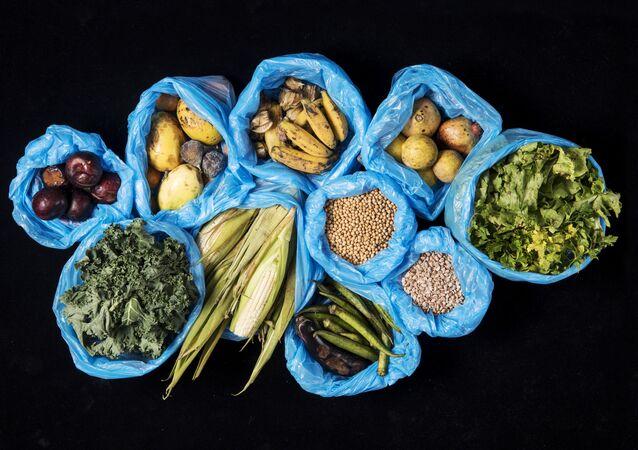 Desperdício de alimentos. Frutas, hortaliças, grãos e legumes. Foto de arquivo