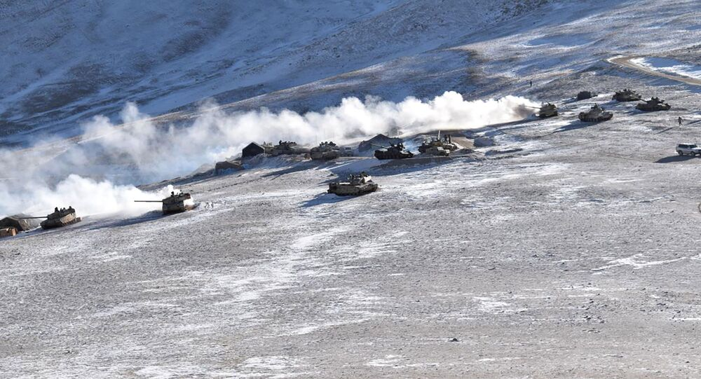 Tanques se retiram das margens do lago Pangong Tso, em Ladakh, ao longo da fronteira Índia-China, 10 de fevereiro de 2021