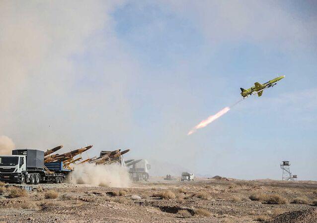 Drone iraniano sendo lançado durante exercícios