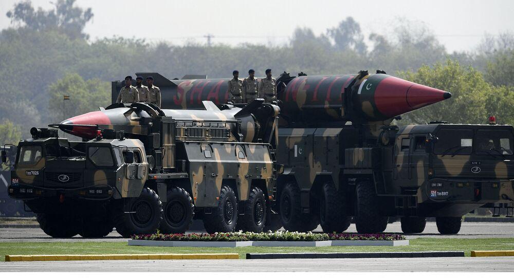 Veículos militares do Paquistão transportando mísseis balísticos