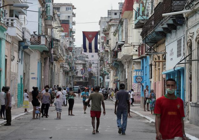 Bandeira de Cuba hasteada na rua para marcar o 68º aniversário do ataque ao quartel de Moncada, Havana, Cuba, 26 de julho de 2021